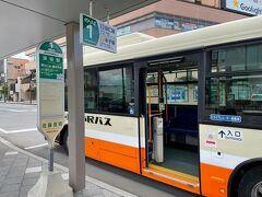須坂駅前のバス停から須坂市動物公園に向かいます。 須坂駅→臥竜公園入口までは200円。  歩けなくはないけれど、ちょっと遠いのでバスの方が良いかと。 もしくは少し歩いたところに観光案内所があるので、そこで無料自転車(一時保証金預け有り)を借りるという手もあります。