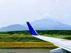 飛行機を乗り継いで 一面黄色に咲くお花がまるで絨毯のような利尻空港に到着です。  生憎の曇り空で利尻富士(利尻山)は、半分のみ・・・。