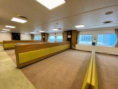 カーペット敷きの2等室でくつろぎながら乗船。  この1区画(5畳ぐらいのスペース)、一人で独占でした。