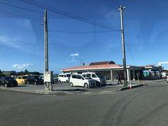 17:10ごろ西表島の上原港に到着し、船会社運営の無料バスで宿に向かいます。