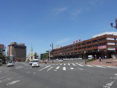 釧路駅に到着。 良い天気です。 え?? 快晴??  天気予報は、、、 ええ、ええ、そんな縁起の悪い言葉は口にしません。  とりあえずホテルに荷物を預けに行きましょう。  左奥に見える大きな建物が今回泊まるホテルです。