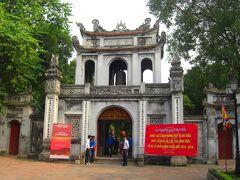 まずは文廟にやってきました。 儒教の開祖である孔子が祀られており、合格祈願の定番スポットだそうです。 日本で言うところの太宰府天満宮でしょうか。 この白い門は「文廟門」と呼ばる、文廟の入口にあたります。