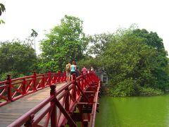 緑色した湖面の上を、ハック橋で渡り寺へ進みます。