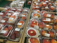 バスで最近の定番となった糸満うまんちゅ市場へ。いつもは野菜が置いてある場所までマンゴーマンゴーマンゴーのマンゴー祭り開催中でした。サイズは小さなものから大きなものまで、色も濃いもの薄いもの、黄色い金蜜マンゴーなど多種で何をかったらいいのか迷いました。沖縄の方のマンゴーに対する意気込みは想像以上で、皆さん箱買いして発送伝票を書いてました。
