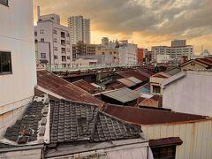 18:42 旦過に到着  市場の屋根が連なっているのが見える。物理的には存在してる様だ。はたして今も営業しているのだろうか‥  ♪ こ~こは北九州 小倉のぉ街ぃ~か~ ♪  小倉に着いた‥