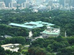 申し訳ないのですが、皇居をズームします。  『皇居宮殿』(写真中央)と『宮内庁庁舎』(写真右)です。  ちなみに、『フォーシーズンズホテル東京大手町』は皇居を 上から見下ろすことに対して皇居側の了承を得ているとのことでした。