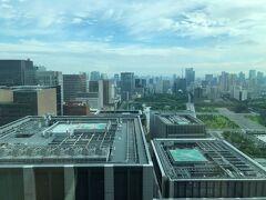 東京・大手町『フォーシーズンズホテル東京大手町』35F  「パノラマスイート」のお部屋のベッドルームからの 眺望(南側)の写真。  左手には複合商業施設『東京ミッドタウン日比谷』、写真奥は汐留方面。 手前はホテル『アスコット丸の内東京』が入る 『大手町パークビルディング』などの屋上にあるヘリポートが見えます。  『パレスホテル東京』の前に「和田倉噴水公園」、「日比谷公園」、 「皇居外苑」、奥は浜松町、東京タワー、ホテル『アンダーズ 東京』 が入る『虎ノ門ヒルズ』、『東京エディション虎ノ門』、 『The Okura Tokyo』などのある虎ノ門エリア。 手前に『法務省旧本館 赤れんが棟』。  視線をもうちょい右へ向けると、『グランドハイアット東京』が入る 『六本木ヒルズ』、『ザ・リッツ・カールトン東京』が入る 『東京ミッドタウン』のある六本木エリア。