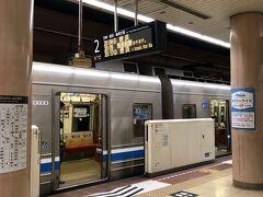 福岡空港からホテル最寄りの祇園駅まで地下鉄で移動します。