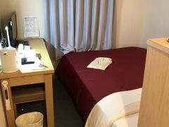櫛田神社近くのホテルニューガイア博多が本日のお宿。 狭いながらも最低限の機能は備えています。 シャワールームがヨーロッパの安ホテルっぽい造りでした。