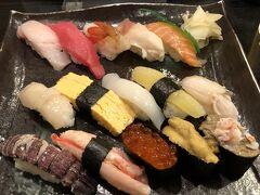 「魚真」さんの「魚真にぎり」をオーダー。  寿司はどうしようかと思ったが、15貫を頼んでしまった。 すごく満足したけれどビールで腹膨れたし12貫でも良かったのではないかと思う。