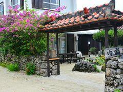 民宿 内盛荘  似たような民宿がいっぱいあって区別つかないぐらいだが、どこも入口は伝統様式が守られている。