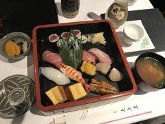●久兵衛 ザ・メイン  ホテル内には有名どころのレストランが揃っていますが、すでにお風呂に入ってまったりしちゃっているので、夕食はルームサービスに。  部屋に備え付けのタブレット端末で物色すると、こういうご時世ということもあってか「スペシャルダイニングメニュー」と銘打ち、老舗寿司屋「久兵衛 ザ・メイン」も対象にだったので、「にぎり松」(味噌汁・香の物付、@7,260円)をチョイスしてみました。