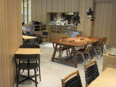 ◆ボールバセット◆ ヒカリエ7階のレストラン街よりも空いてそうだから・・地下2階のワイズテーブルのカフェ、ポールバセットへ  以前は「ル ショコラ ドゥ アッシュ / ポール バセット」と一体店だったと思うんですが・・ル ショコラ ドゥ アッシュ(チョコ店)がワイズテーブルの経営から他に変わったそうで、並んでいるけど別経営になっていました。