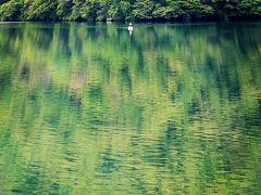釣り人 静かに湖面に漂う