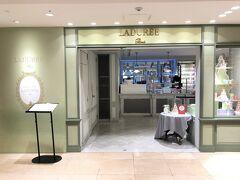 東京・銀座『銀座三越』2F【LADUREE】  【ラデュレ サロン・ド・テ】銀座三越店のエントランスの写真。  パリのマカロン【ラデュレ】はいろんな店舗を載せています。  2019年12月6日にオープンした【ラデュレ】渋谷松濤店を 前回ちらっと載せました。 2021年6月1日に【ラデュレ】渋谷 東急フードショー店が オープンしました。  <渋谷原宿銀座★ブラッスリーカフェ【オーバカナル】原宿のテラス席 でランチ★【ヨックモック】青山本店のカフェレストラン 【ブルー・ブリック・ラウンジ】★【ラデュレ】渋谷松濤店★ フレンチ【ドゥ マゴ パリ】本店★ 2021年3月「ルイ・ヴィトン」銀座並木通り店がオープン! 『丸の内テラス』フランス料理【エスプリ・ド・タイユヴァン】★ ミシュラン2つ星シェフ高田氏監修のコンテンポラリーレストラン 【THE UPPER】でランチ♪ルーフトップテラス★カフェ【ミカフェート】 銀座店>  https://4travel.jp/travelogue/11684842
