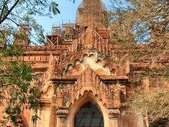 【ティーローミンロー寺院】(Htilominlo Temple)  1218年、パガン王朝第8代国王ナンダウンミャーによって建立。 高さ約46メートル、3層の構造を持つ寺院。  ティーローミンローというのは『傘の王』という意味。 前の王様(ナンダウンミャー氏の父親)が、次の王を決める時、5人も子供がいたので「どの子を王にしよっかな~。う~ん、決めらんないな~、そうだ!傘を倒して(倒れた傘が)示した子を次の王にしよっと」という、正気の沙汰とは思えない決め方(笑)で選ばれたからなんだと。 選ばれなかった方は、絶対腑に落ちないと思うんだけどなぁ…。 まぁ、運も実力のうちっていうやつかな。。。