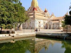 【アーナンダ寺院(Ananda Paya)】  シュエジゴンと並び、バガンを代表する寺院。 王朝に最盛期をもたらした王といわれている第3代チャンシッター(Kyanzittha)王が、11世紀末から12世紀にかけて建立したと言われています。 「アーナンダ」という名前は、仏陀の弟子の一人ですね。 ちなみに私の仏教の知識は、スリランカに行った時にガイドさんにきいたコト+漫画『聖☆おにいさん』で得たものです(笑)