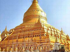 【シュエジゴン・パゴダ】(Shwe Zyi Gon Paya)  さて、ここからいよいよバガンの遺跡・寺院巡りに突入です。 まず最初は、バガンだけでなく、ミャンマーを代表する仏塔の一つ、 シュエジゴン・パゴダ。 「シュエジゴン」とは、黄金の祝福された土地という意味なんだって。 パゴダ内には釈迦の歯(仏歯)と骨(仏舎利)が奉納されているんだと。  本当にね、すがすがしいくらいに金ピカです。 もちろん本物(の金)。いや~、すごいよね~まぶしい~。