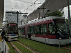 ホテルから市電でJR熊本駅に来ました。芝生がきれいです。