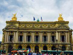 『オペラ座』またの名前をオペラ・ガルニエ ネオ・バロック様式の建物が美しい 完成までに14年の月日を要したと言われています。 時間がなく中には入れず