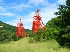 三菱美唄炭鉱立坑櫓 三菱のカラー(朱色)で維持保存されている立抗櫓が森の中に聳え立つ。