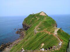 遊歩道の先に岬の先端の灯台が見えてきた。