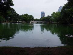 8月13日 ホテルからエラワンの前を通ってルンピニ公園に行きました。大きな池のある緑豊かな公園で中に入ると都会の喧騒を忘れることができました。