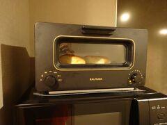 アパートメントホテルのトースターは、あのバルミューダ。安物のトーストも、さっくりふんわりおいしく仕上がりました。  最新家電が揃うホテル。洗濯乾燥機然りで、使っているうちに、欲しくなっちゃうなあ…