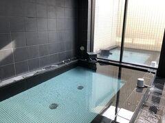 また、屋上の露天風呂に入り  ココは24時間入れる  フツーは23時で終わりとかの制限があり、バタバタ駆け込んだらするもんね~! 24時間は助かるわ~! チェックアウトもココは12時なので、観光客には便利  海外は12時なのに、何で日本は10時なわけ? 一斉に各部屋の掃除はデキないやん? 1室ごとにやるんだから、早くチェックアウトした部屋からやればイイやん?