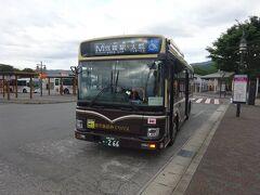 バスがやってきた。強羅駅経由で、小涌谷にある天悠という施設まで行く箱根登山バス。  ここから出ているバスは、系統としては箱根の山の中を巡る「観光施設巡りバス」を延長したような形で、バスもその仕様の車両が使われている。