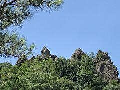 岩と岩の間に刺さるように存在したまま落ちないことから受験生が願掛けに訪れるという奇石。武雄オルレコースにもなっているので道は整備されているとの事でしたが、暑さの中で登る勇気がなく断念しました。