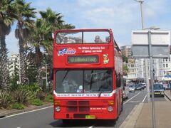 時刻は午前10時半 ボンダイビーチ前のキャンベルパレードにあるバス停からボンダイエクスプローラーに乗ってシドニー市街地へ戻ります。