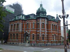 福岡市赤煉瓦文化館は福岡県福岡市中央区にある建築物。1909年(明治42年)に日本生命保険株式会社九州支店として建てられて昭和41年まで利用されました。 設計は、東京駅舎などの設計で知られる辰野金吾さん。明治末期の本格的な煉瓦造建築物として価値が高く、国の重要文化財に指定されています。  現在は会議室やエンジニアの交流拠点として「エンジニアカフェ」が オープンしています。
