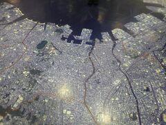 福岡市役所の中へ。フロアーには福岡市の地図が描かれていました。