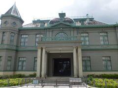 旧福岡県公会堂貴賓館  明治43年(1910年)に開催された第13回九州沖縄八県連合共進会の来賓接待所として使用するために建設されました。都市計画公園「天神中央公園」 の一部となることから、跡地内の諸施設は取り壊されて、旧公会堂のうち貴資館だけは数少ない貴重なフレンチルネサンス様式の木造建築物として重要文化財に指定され、公園施設として活用されています。今日は 休館日でした。