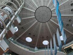 出発階へ向かうエスカレーターから天井を撮影 なかなか格好良いですね