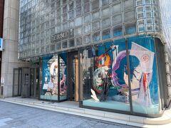 東京・銀座「Ginza Maison Hermes」  「銀座メゾンエルメス」(エルメス銀座本店)のショーウインドーの 写真。