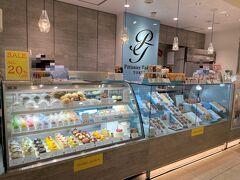 東京・銀座『イグジットメルサ』1F【Patissier Tokano TOKYO】   2021年4月29日にオープンした【パティシエ トカノ トウキョウ】の 写真。  ショーケースにはカラフルなスイーツが並んでいます。  高級感より高品質を追い求め、毎日食べても飽きないお菓子を 作りつづけてきた名古屋の人気パティスリー Patissier Tokano