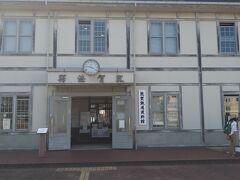 次は敦賀鉄道博物館に行きました。アクセスはJR敦賀駅からコミュニティバス「松原線」を使って約8分「金ヶ崎緑地」で下車します。夜になると、建物がライトアップされます。