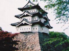 弘前城  天守が石垣の上にある状態です。 2017年からこの場所からの曳屋作業が始まっていて、現在は本丸の中ほどに移動されています。