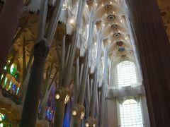 ヨーロッパによくある壁が黒ずんでいる教会ではなく、真っ白なので、新鮮でした!