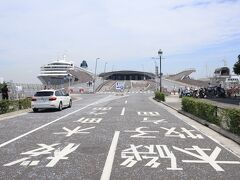 大型客船が寄港する横浜港大さん橋