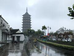 北寺塔を望む。 梅雨とはいえ、ひどい雨。でも中国の寺院や庭園って少し曇り空の方が味が出て良いんだよね。