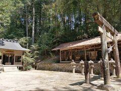 長い長い階段を上がって、かなりの歴史がありそうな和智埜神社へ。 古い祠がたくさんあって、夜は一人では行けない雰囲気。