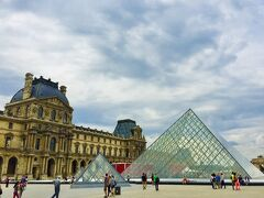 『ルーブル美術館』 シンボルの三角形のピラミッド