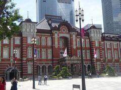 東京駅丸の内駅舎(中央)(辰野金吾が設計し、1912年竣工。当時は渋沢栄一で有名な深谷からの煉瓦で作りました。当初は3階建てでしたが空襲で屋根が抜け落ち2階建てで修復。2012年復元し、3階建てになりました。)
