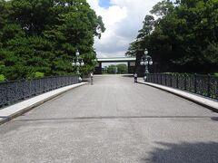 「正面鉄橋」より中門を見ます。