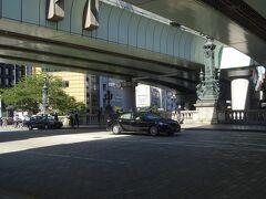 日本橋に立つ「麒麟像」(現在の橋は明治44年(1911年)に完成したものです。日本の道路の起点となる日本橋より飛び立つというイメージで作られ、麒麟にはない羽が付けられています。)
