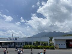 12:20、屋久島空港到着! 飛行機から降りた瞬間、屋久島の山が見えてさらにテンションが上がります。