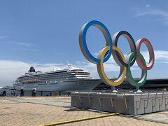 赤レンガ倉庫近くに設置された オリンピックのシンボルマーク